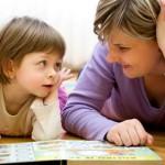 anne-çocuk-kitap-bakıyor.hlarge